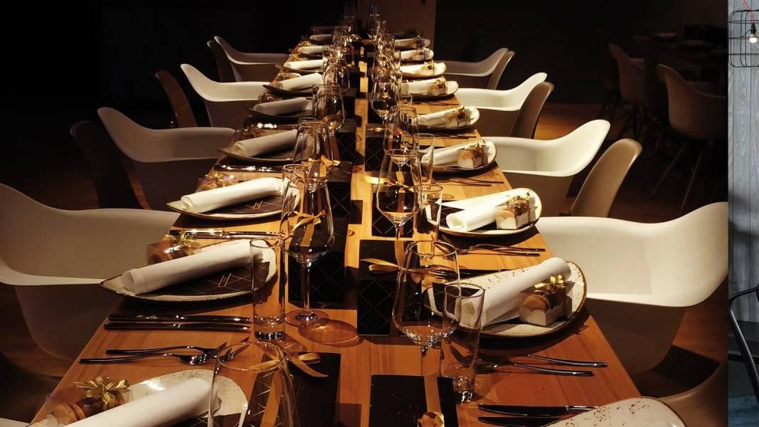 """Kundenveranstaltung oder Firmenevents: Event-Dinner und Event-Gastronomie für Firmenausflug, Team Event, Firmen Sommerfest, Firmenausflug. Mit der multifunktionalen Raum-Aufteilung lassen sich zudem sämtliche Event Ideen umsetzen. Ob Empfänge, Gala, Businessmeeting, Roadshows, Shootings oder Tagung – Event-Dinner und Event-Gastronomie. FLOWCATION: Die Veranstaltungsräume bieten alles was eine moderne Eventlocation auszeichnet. Auf 165m² finden je nach Bestuhlung bis zu 150 Personen Platz. Der """"Living Room"""" eignet sich besonders für Kundenveranstaltung oder Firmenveranstaltungen und Firmenevents, Betriebsausflug, Team-Event, Firmen Incentive und Sommerfest oder private Hochzeitslocation. Der """"Tasting Room"""" für kleinere Arrangements wie Ihre Geburtsagsfeier oder Weinabende."""