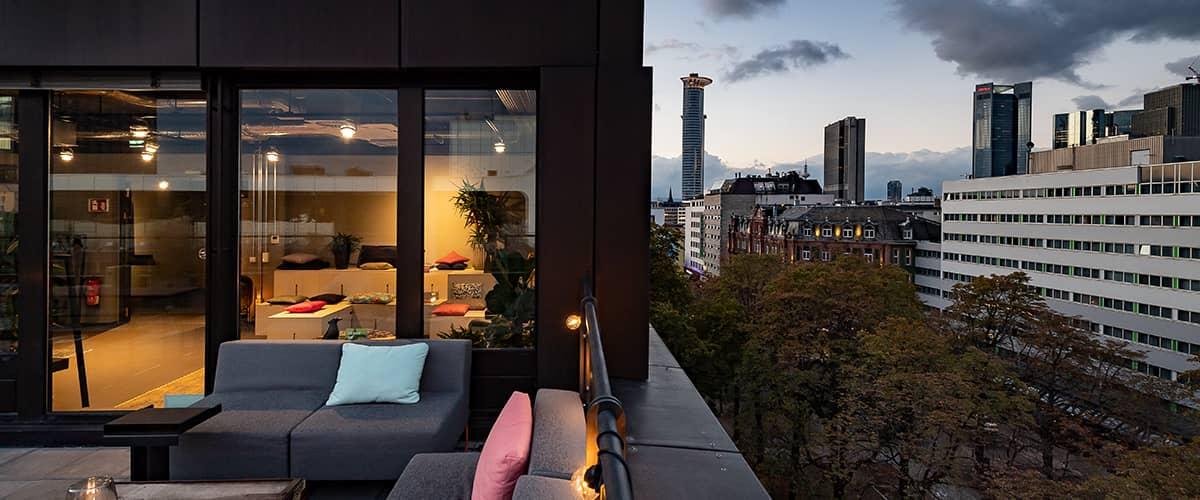 Design Offices Frankfurt Wiesenhüttenplatz - Rooftop Location in Frankfurt. Dachterasse für Firmenevents, Firmenfeiern, Betriebsausflug und Sommerfest.